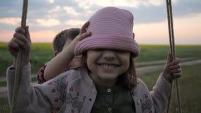 L'infanzia felice, cappello di vestiti dal ragazzo per la ragazza, Panama sulla testa, sul fratello e sulla sorella gemella il gi video d archivio