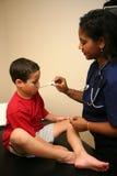 L'infermiera controlla il giovane paziente Fotografia Stock Libera da Diritti