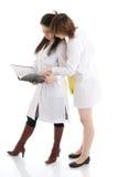 L'infermiera dei due giovani con un dispositivo di piegatura isolato Fotografie Stock