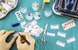 L'infermiere che prepara il farmaco dell'ospedale, redige i dati malati alle etichette mediche di assegnazione fotografia stock
