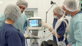 L'infermiere chirurgico indica il suo dito sul monitor video d archivio