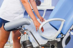 L'infermiere dispone un asciugamano pulito sulla tavola dell'esame fotografie stock libere da diritti