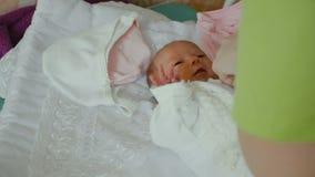 L'infermiere mette il bambino sui vestiti, maternità in BOBRUISK, BIELORUSSIA - 4 21 18 video d archivio
