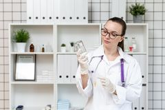 L'infermiere prepara un contagoccia con una soluzione di medicina fotografia stock