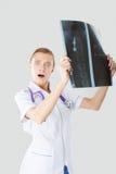L'infermiere sta studiando i raggi x Fotografia Stock Libera da Diritti