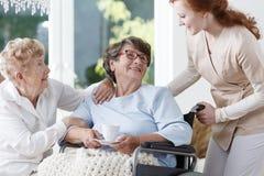 L'infirmière aide la femme aînée photo libre de droits
