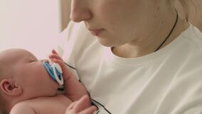 L'infirmière bascule le bébé nouveau-né sur les mains clips vidéos