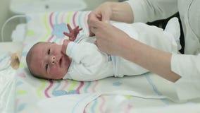 L'infirmière enveloppent le bébé nouveau-né après naissance sur la table clips vidéos