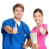 L'infirmière et le docteur team les pouces heureux vers le haut Photographie stock libre de droits
