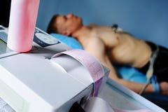 L'infirmière fait le cardiogramme patient Images libres de droits