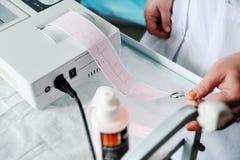 L'infirmière fait le cardiogramme patient Photos stock