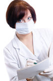 L'infirmière remplit carte de patient photo libre de droits