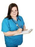 L'infirmière sérieuse prend des notes photographie stock