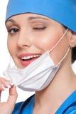 L'infirmière souriante cligne de l'oeil Photos libres de droits