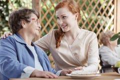 L'infirmière sourit au patient Images libres de droits