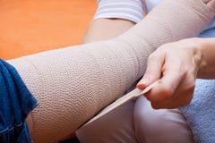 L'infirmière a bandé le pied d'un patient Images libres de droits