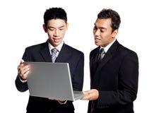 L'information asiatique d'affaires d'action de deux hommes d'affaires Photos libres de droits