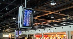L'information d'enregistrement, de départ et d'arrivée embarquent dans l'aéroport image stock