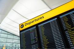 L'information de vol, arrivée, départ à l'aéroport, Londres Photographie stock libre de droits