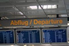 L'information de vol d'aéroport sur un conseil international de départ de grand écran Photos stock