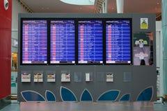 L'information de vol sur des panneaux à l'aéroport de Changi, Singapour Photographie stock