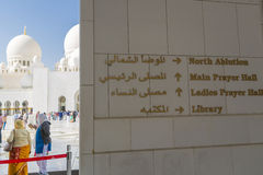 L'information directionnelle chez Abu Dhabi Sheikh Zayed Mosque photographie stock