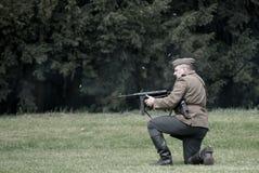 L'infornamento polacco del soldato ha scoppiato dalla mitragliatrice di Thompson durante la rievocazione storica di WWII Fotografie Stock Libere da Diritti