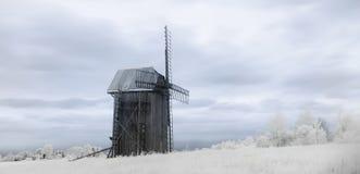L'infrarosso ha pubblicato il paesaggio con wildmill un giorno soleggiato Immagine Stock
