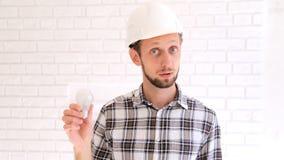 L'ingénieur dans le masque parle du rendement énergétique banque de vidéos