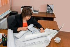 L'ingénieur de femme dessine des dessins Images libres de droits