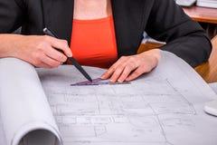 L'ingénieur de femme dessine des dessins Photos stock