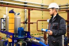 L'ingénieur de technicien ajuste des systèmes de tuyauterie photos libres de droits