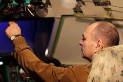 L'ingénieur de vol contrôle l'avion de ligne Images libres de droits