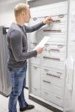 L'ingénieur informatique travaille dans le grand coffret de fusible Photo stock