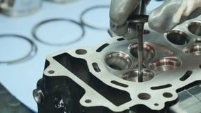 L'ingénieur a placé la valve à l'intérieur de la tête de moteur clips vidéos