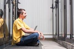 L'ingénieur s'assied dans le datacenter Image stock