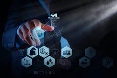L'ingénieur travaille le diagramme d'industrie sur l'ordinateur virtuel photos libres de droits