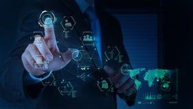 L'ingénieur travaille le diagramme d'industrie sur l'ordinateur virtuel comme concept photo libre de droits