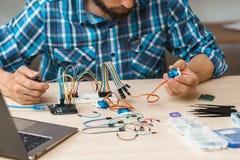 L'ingegnere controlla il collegamento fra le componenti Fotografie Stock