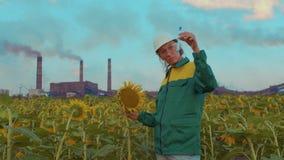 L'ingegnere della donna fa un'analisi dell'aria, l'inquinamento ambientale ecologico di studio, emissioni tossiche archivi video