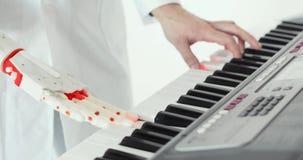 L'ingegnere dello scienziato sta assaggiando la mano robot della protesi che gioca il piano E video d archivio