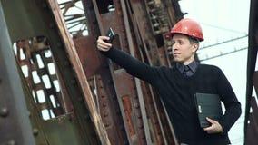 L'ingegnere di costruzione in casco fa il selfie sul telefono stock footage