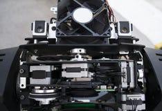 L'ingegnere di illuminazione ripara il dispositivo leggero in scena fotografia stock