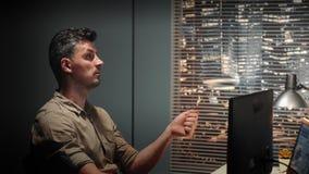 L'ingegnere di talento che parla con qualcuno circa progettazione componente 3D ha fatto con progettazione assistita da elaborato video d archivio