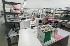 L'ingegnere effettua una prova dei moduli elettronici finiti Laboratorio per le prove e l'adeguamento di elettronico Immagini Stock Libere da Diritti
