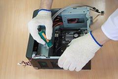 L'ingegnere elettronico crea un personal computer moderno immagini stock