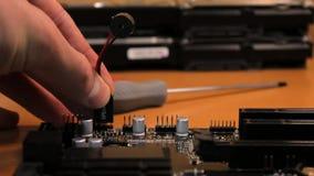 L'ingegnere ha installato l'altoparlante dalla scheda madre video d archivio