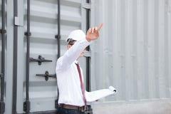 L'ingegnere Manager con il cappello di sicurezza sta lavorando sul lavoro del sito Immagini Stock