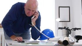 L'ingegnere prova a fare una telefonata facendo uso della linea terrestre dell'ufficio video d archivio