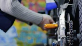 L'ingegnere ripara il motociclo stock footage